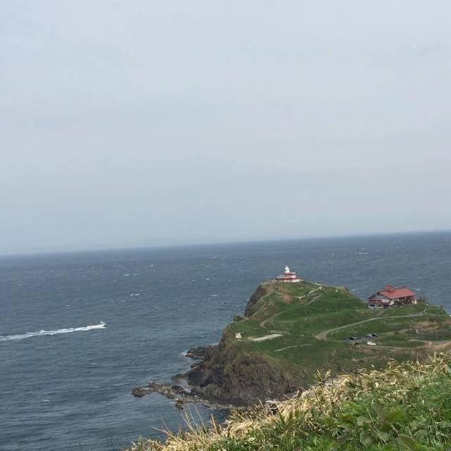 こんにちは!青の洞窟グラスボートです(*^o^*)..本日風が強く波も荒れて欠航になりました.この動画は祝津パノラマ展望台から撮影しました!ホテルノイシュロスさんのすぐ下です.目の前に見えるデカイ岩がトド岩といって、冬になるとここに野生のトドが集まります(^O^).近くに日和山灯台とゆう灯台もあるのですがそこから見える夕陽もとても綺麗です(*´∀`*).祝津は見所満載です!あとは海が穏やかになってくれればいいのですが、、.#小樽観光#北海道#小樽#祝津#祝津マリーナ#クルージング#青の洞窟#青の洞窟グラスボート#グラスボート#観光船#観光#海鮮丼#マリーナ食堂#秘境#小樽の秘境#日和山灯台#祝津パノラマ展望台#トド岩#鰊御殿#japan#otaru#glassboat