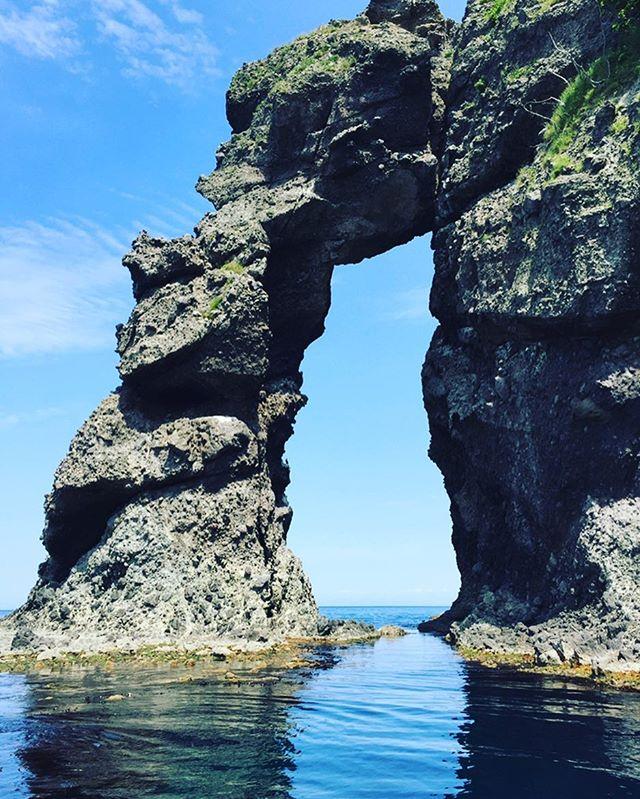 .こんにちは\(^^)/青の洞窟グラスボートです.今日も天気が良くて最高ですよー!.小樽の海は、、国定公園に指定されていて、見所は洞窟だけじゃないんです!.写真のような奇岩(写真は窓岩といいます)や、海より垂直に切り立つ絶壁が、船から見る事ができます。.地元、小樽に住んでいる私も何度見ても圧倒される、夜景よりも、小樽で1番オススメの景色です.予約お問い合わせ、お待ちしております♩♪....#小樽 #otaru #青の洞窟#グラスボート #glassboat#クルージング #小樽クルージング #小樽祝津 #秘境クルーズ#小樽観光 #小樽観光スポット#小樽海鮮丼 #祝津マリーナ#小樽国定公園 #クルーズ . .