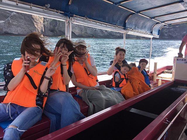 おはようございます!青の洞窟グラスボートです🌞.どんどん気温も高くなり、やっと夏がきましたね!!.船に乗るととても涼しいですよ\(^^)/.昨日は沢山の地元小樽の美女たちが乗船しにきてくれました.お盆頃までどんどんご予約入ってきてますので、問い合わせお待ちしております09067211092.....#小樽観光スポット #小樽観光#青の洞窟 #グラスボート#小樽 #otaru #glassboat#クルージング #cruising